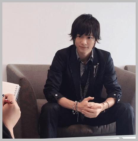 黒いスーツを着て座る舞台「私のホストちゃん」のころの小澤廉