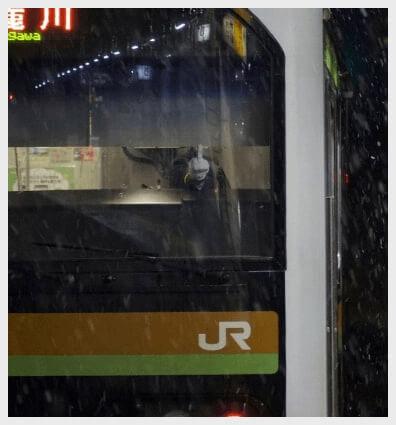 撮り鉄に向かって中指を立てる車掌さん[鉄道ファンのじま(@jima_af)さんがTwitterに投稿した画像]