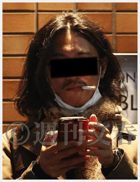 菅総理の長男である正剛さんがタバコを吸う様子(週刊文春より)