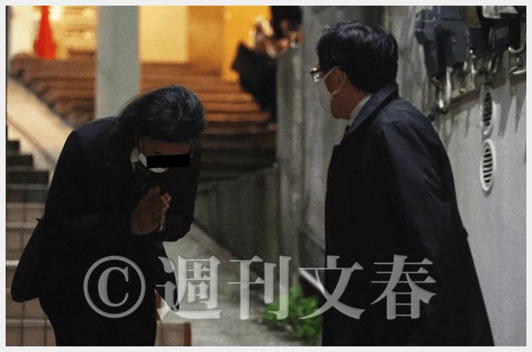 菅総理の長男である正剛さんが接待相手に深く頭を下げる様子(週刊文春より)